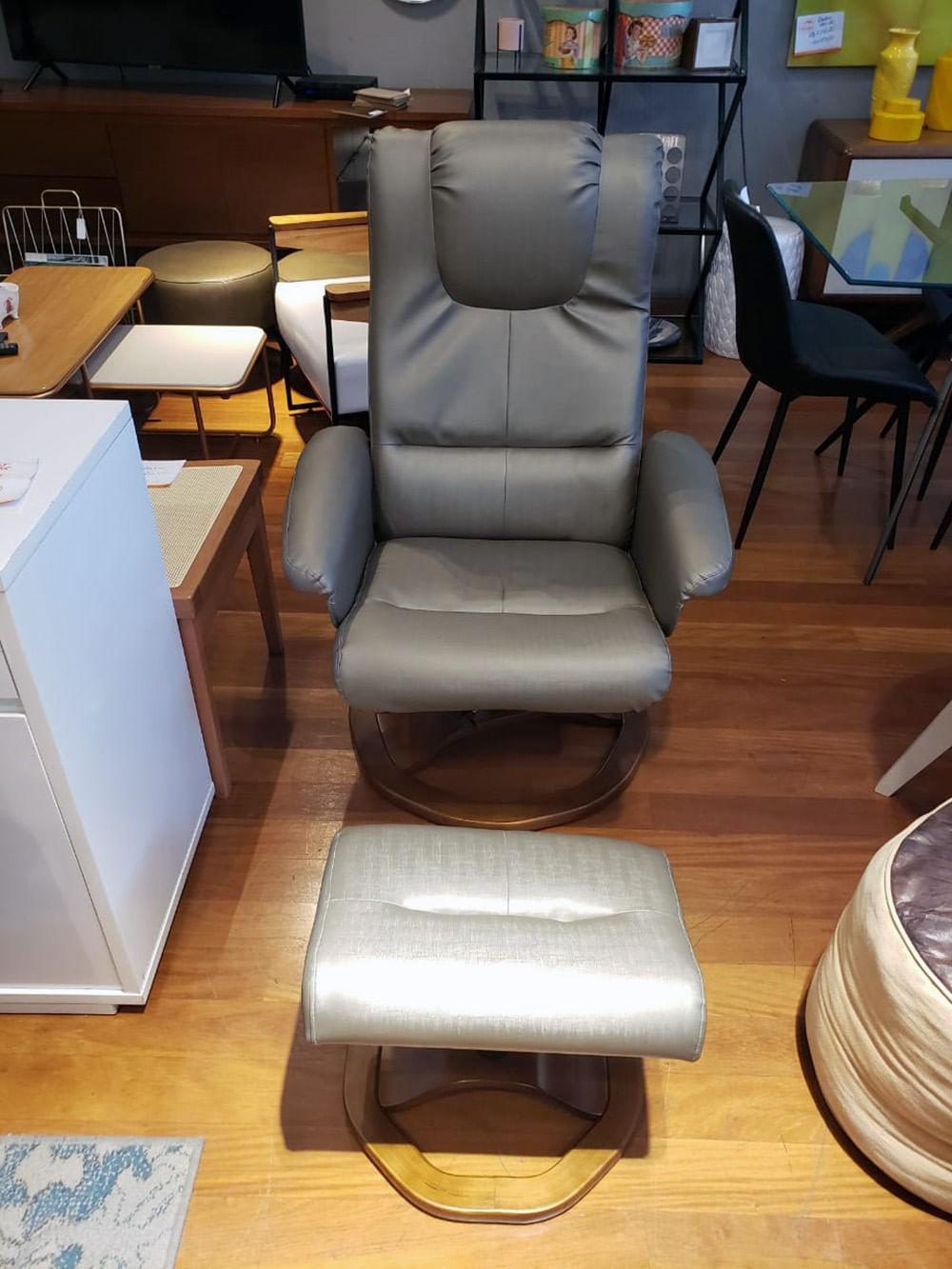 Poltrona Confort Imola em Courissimo Cinza Base Madeira com Pufe - 56038
