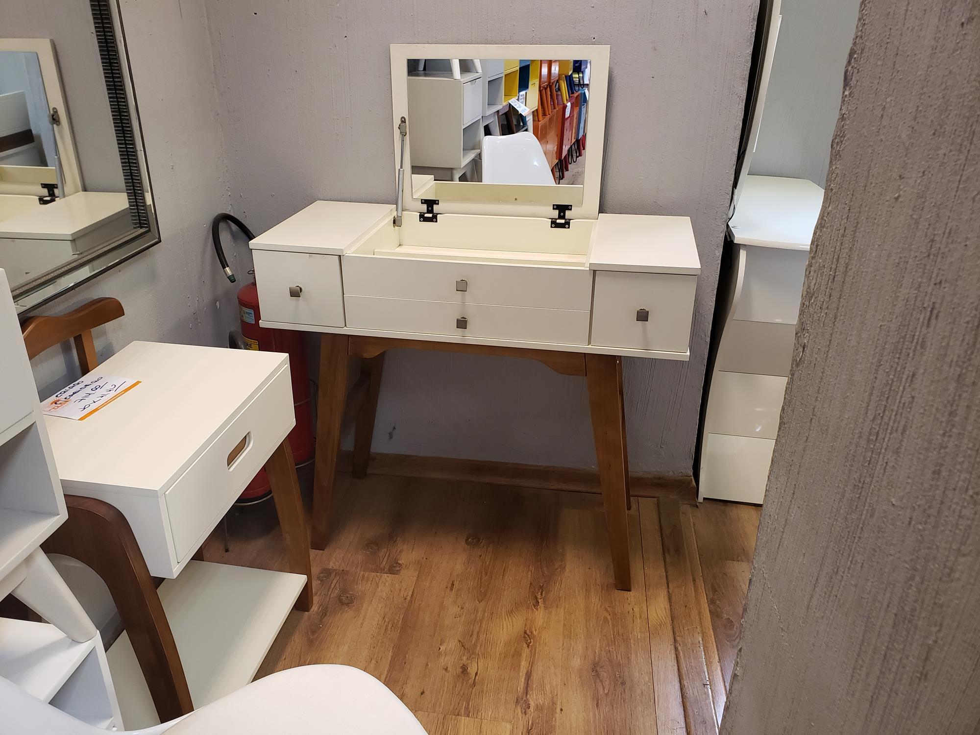 Penteadeira Carmim cor Offwhite Base Madeira Imbuia - 48905